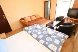 Спальня. Черногория, Булярица : Апартамент для 4-5 человек, с 2-мя отдельными спальнями, с 2-мя ванными комнатами, с балконом с видом на море, 100 метров до пляжа
