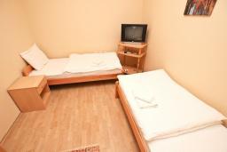 Спальня 2. Черногория, Булярица : Апартамент для 4-5 человек, с 2-мя отдельными спальнями, с 2-мя ванными комнатами, с балконом с видом на море, 100 метров до пляжа