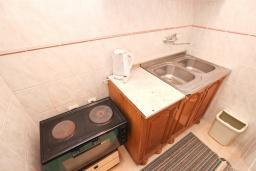 Кухня. Черногория, Булярица : Апартамент для 4-5 человек, с 2-мя отдельными спальнями, с 2-мя ванными комнатами, с балконом с видом на море, 100 метров до пляжа