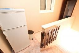 Коридор. Черногория, Булярица : Апартамент для 4-5 человек, с 2-мя отдельными спальнями, с 2-мя ванными комнатами, с балконом с видом на море, 100 метров до пляжа