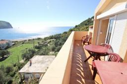 Балкон. Черногория, Булярица : Апартамент для 8 человек, с большой гостиной, с 3-мя отдельными спальнями, с 2-мя ванными комнатами, с 2-мя длинными балконами с шикарным видом на море, 100 метров до пляжа