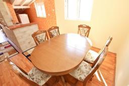 Гостиная. Черногория, Булярица : Апартамент для 8 человек, с большой гостиной, с 3-мя отдельными спальнями, с 2-мя ванными комнатами, с 2-мя длинными балконами с шикарным видом на море, 100 метров до пляжа