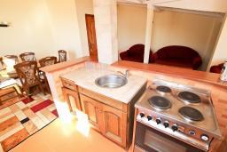Кухня. Черногория, Булярица : Апартамент для 8 человек, с большой гостиной, с 3-мя отдельными спальнями, с 2-мя ванными комнатами, с 2-мя длинными балконами с шикарным видом на море, 100 метров до пляжа