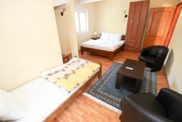 Спальня. Черногория, Булярица : Апартамент для 8 человек, с большой гостиной, с 3-мя отдельными спальнями, с 2-мя ванными комнатами, с 2-мя длинными балконами с шикарным видом на море, 100 метров до пляжа