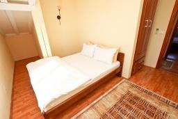 Спальня 2. Черногория, Булярица : Апартамент для 8 человек, с большой гостиной, с 3-мя отдельными спальнями, с 2-мя ванными комнатами, с 2-мя длинными балконами с шикарным видом на море, 100 метров до пляжа