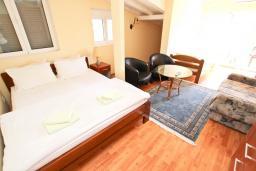 Спальня 3. Черногория, Булярица : Апартамент для 8 человек, с большой гостиной, с 3-мя отдельными спальнями, с 2-мя ванными комнатами, с 2-мя длинными балконами с шикарным видом на море, 100 метров до пляжа