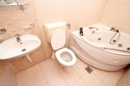 Ванная комната 2. Черногория, Булярица : Апартамент для 8 человек, с большой гостиной, с 3-мя отдельными спальнями, с 2-мя ванными комнатами, с 2-мя длинными балконами с шикарным видом на море, 100 метров до пляжа
