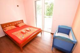 Спальня. Черногория, Рафаиловичи : Апартамент с отдельной спальней, с балконом с видом на море