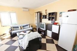 Гостиная. Черногория, Сутоморе : Апартамент для 4-5 человек, с 2-мя отдельными спальнями, с балконом с видом на море
