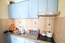 Кухня. Черногория, Сутоморе : Апартамент для 4-5 человек, с 2-мя отдельными спальнями, с балконом с видом на море