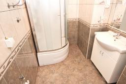 Ванная комната. Черногория, Сутоморе : Апартамент для 4-5 человек, с 2-мя отдельными спальнями, с балконом с видом на море