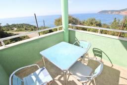 Балкон. Черногория, Сутоморе : Апартамент для 4-5 человек, с 2-мя отдельными спальнями, с балконом с видом на море
