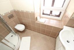 Ванная комната. Черногория, Пржно / Милочер : Комната для 3-4 человек, с общей террасой с шикарным видом на море, возле пляжа