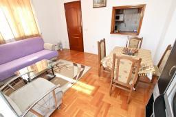 Гостиная. Черногория, Будва : Апартамент для 4-5 человек, с 2-мя отдельными спальнями, с террасой