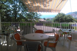Терраса. Черногория, Сутоморе : Дом в Сутоморе (Брча), 10 отдельных спален, 8 ванных комнат, с большой кухней, с 2-мя террасами с видом на море, с местом для барбекю