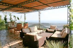 Терраса. Черногория, Будва : Дом в Лапчичи с просторной гостиной, с 4-мя отдельными спальнями, с 2-мя ванными комнатами, с большой террасой с шикарным видом на море, с бассейном, с камином, с местом для барбекю
