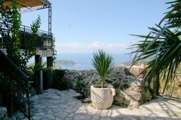 Территория. Черногория, Будва : Дом в Лапчичи с просторной гостиной, с 4-мя отдельными спальнями, с 2-мя ванными комнатами, с большой террасой с шикарным видом на море, с бассейном, с камином, с местом для барбекю