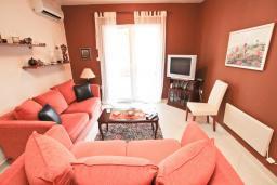 Гостиная. Черногория, Петровац : Апартамент для 8-10 человек, с 4-мя отдельными спальнями, с 2-мя гостиными, c 2-мя ванными комнатами, с огромной террасой