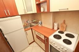 Кухня. Черногория, Петровац : Апартамент для 8-10 человек, с 4-мя отдельными спальнями, с 2-мя гостиными, c 2-мя ванными комнатами, с огромной террасой