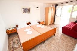 Спальня. Черногория, Святой Стефан : Этаж дома с 3-мя отдельными спальнями, c 2-мя ванными комнатами, с террасой с видом на море
