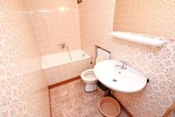 Ванная комната. Черногория, Святой Стефан : Этаж дома с 3-мя отдельными спальнями, c 2-мя ванными комнатами, с террасой с видом на море