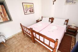 Спальня 3. Черногория, Святой Стефан : Этаж дома с 3-мя отдельными спальнями, c 2-мя ванными комнатами, с террасой с видом на море