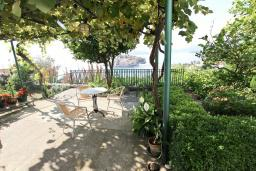 Вид на море. Черногория, Святой Стефан : Этаж дома с 3-мя отдельными спальнями, c 2-мя ванными комнатами, с террасой с видом на море
