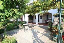 Терраса. Черногория, Святой Стефан : Этаж дома с 3-мя отдельными спальнями, c 2-мя ванными комнатами, с террасой с видом на море
