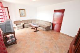 Гостиная. Черногория, Росе : Апартамент для 8-11 человек, с 4-мя отдельными спальнями, с 2-мя гостиными, с большой кухней, с 2-мя ванными комнатами, с 4-мя террасами