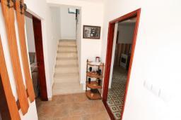 Коридор. Черногория, Росе : Апартамент для 8-11 человек, с 4-мя отдельными спальнями, с 2-мя гостиными, с большой кухней, с 2-мя ванными комнатами, с 4-мя террасами