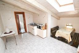 Кухня. Черногория, Утеха : Огромный дом в Утехе с 7-ю отдельными спальнями, c 4-мя ванными комнатами, с 3-мя огромными террасами с шикарным видом на море, 100 метров до пляжа, с большой зеленой территорией, с местом для барбекю, несколько мест для парковки