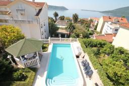 Вид на море. Черногория, Герцег-Нови : Большой дом в Герцег-Нови (Савина) с 10-ю спальнями, с 3-мя ванными комнатами, с бассейном, с беседкой, с местом для барбекю, с террасой и балконом с шикарным видом на море