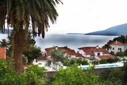 Вид на море. Черногория, Герцег-Нови : Дом в Герцег-Нови (Старый город) с 3-мя отдельными спальнями, с 2-мя балконами с шикарным видом на море, 150 метров до пляжа