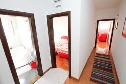 Коридор. Черногория, Селяново : Дом в Селяново с 10 спальнями, с 5 ванными комнатами (джакузи), с 2-мя террасами с видом на море, с бассейном, с местом для барбекю, несколько мест для парковки
