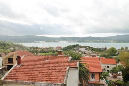 Вид на море. Черногория, Селяново : Дом в Селяново с 10 спальнями, с 5 ванными комнатами (джакузи), с 2-мя террасами с видом на море, с бассейном, с местом для барбекю, несколько мест для парковки