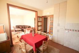 Кухня. Черногория, Риека Режевичи : Апартамент для 4-6 человек, с 2-мя отдельными спальнями, с 2-мя ванными комнатами, с террасой с видом на море