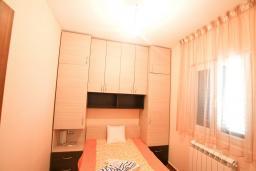 Спальня. Черногория, Риека Режевичи : Апартамент для 4-6 человек, с 2-мя отдельными спальнями, с 2-мя ванными комнатами, с террасой с видом на море