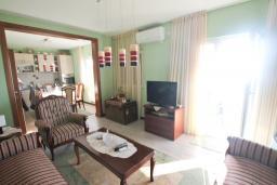 Гостиная. Черногория, Риека Режевичи : Апартамент для 4-6 человек, с 2-мя отдельными спальнями, с 2-мя ванными комнатами, с балконом с видом на море