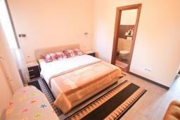 Спальня 2. Черногория, Риека Режевичи : Апартамент для 4-6 человек, с 2-мя отдельными спальнями, с 2-мя ванными комнатами, с балконом с видом на море