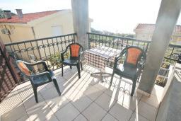 Балкон. Черногория, Риека Режевичи : Апартамент для 4-6 человек, с 2-мя отдельными спальнями, с 2-мя ванными комнатами, с балконом с видом на море