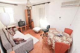 Гостиная. Черногория, Дженовичи : Апартамент с отдельной спальней, с террасой, 30 метров до моря