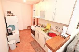 Кухня. Черногория, Дженовичи : Апартамент с отдельной спальней, с террасой, 30 метров до моря
