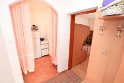 Коридор. Черногория, Дженовичи : Апартамент с отдельной спальней, с террасой, 30 метров до моря