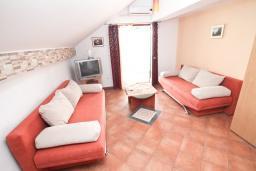 Гостиная. Черногория, Герцег-Нови : Апартамент с отдельной спальней, с балконом с шикарным видом на море, возле пляжа