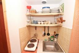 Кухня. Черногория, Герцег-Нови : Апартамент с отдельной спальней, с балконом с шикарным видом на море, возле пляжа
