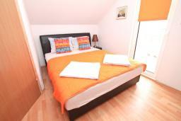 Спальня. Черногория, Герцег-Нови : Апартамент с отдельной спальней, с балконом с шикарным видом на море, возле пляжа