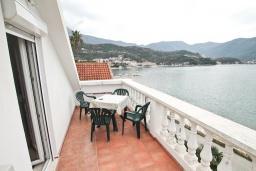 Балкон. Черногория, Герцег-Нови : Апартамент с отдельной спальней, с балконом с шикарным видом на море, возле пляжа