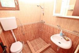Ванная комната. Черногория, Герцег-Нови : Студия с балконом с шикарным видом на море, возле пляжа