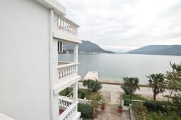 Вид на море. Черногория, Герцег-Нови : Студия с балконом с шикарным видом на море, возле пляжа