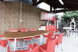 Терраса. Черногория, Дженовичи : 3-х этажная вилла в Дженовичи с бассейном, джакузи и видом на море, с 7 отдельными спальнями, 5 ванными комнатами, большой террасой, летней кухней, местом для барбекю, парковкой, Wi-Fi